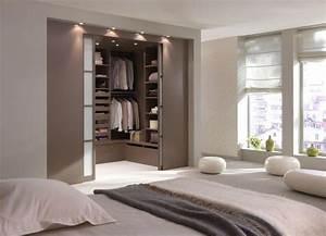 Une chambre avec une salle de bain ou un dressing for Salle de bain design avec décoration dinosaure