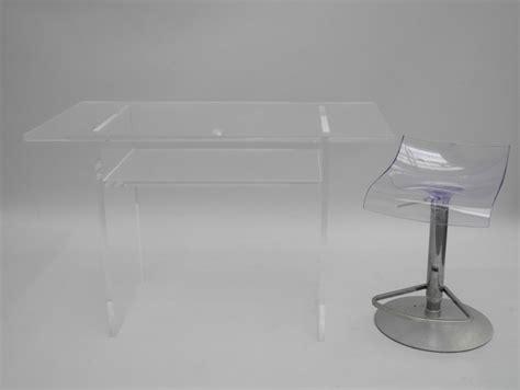 bureau en plexiglas petit bureau en plexiglas de forme rectangulaire reposant