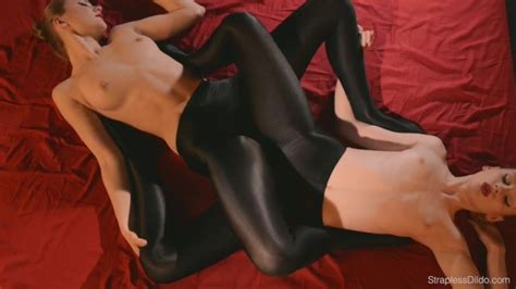Strapless Dildo Lesbians Kissing And Scissoring In Spandex