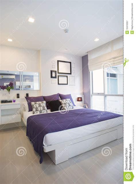 chambre mauve et blanc blanc violet de chambre à coucher photographie stock libre
