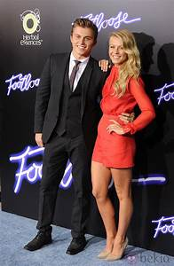 Kenny Wormald y Julianne Hough en la premiere de ...