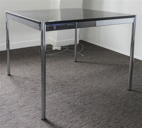 Bureau Carre De Table Ou Bureau Carre De Marque Usm Haller La Structure Et