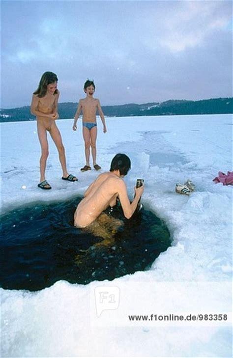 loch im eis nachdem ein kaltes bad nach der sauna