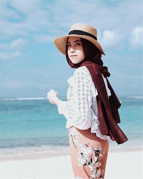 Yuk Contek Gaya Kece Hijaber AmeliaElle saat Travelling ke Pantai