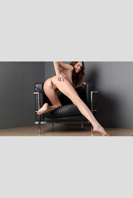 Download photo 1920x1080, brunette, nude, ass, pussy, legs, smile, chair, anabelle - ID: 54358