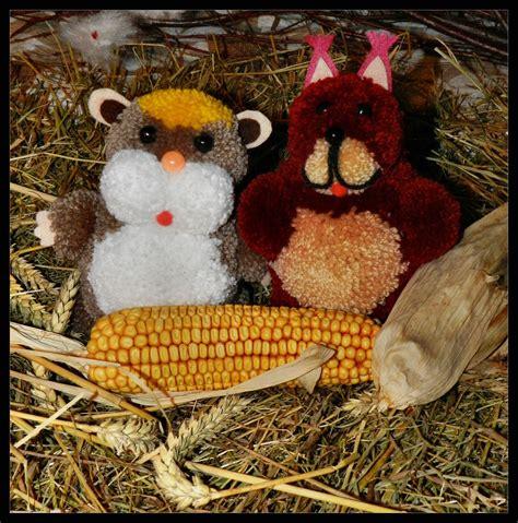machen hamster winterschlaf hamster und eichh 246 rnchen aus bommeln gebastelt помпоны