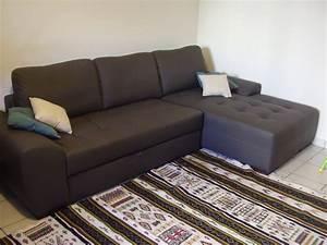 deco allant avec un canape couleur taupe With tapis rouge avec canapé ajis