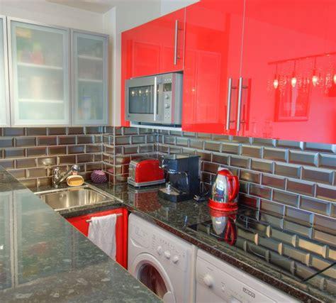 cr 233 dence cuisine en carrelage m 233 tro 7 5 x 15 coloris argent id 233 al pour une cuisine moderne