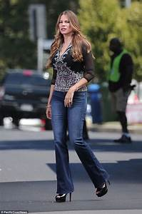 Sofia Vergara shows off her long legs in bell-bottoms on ...