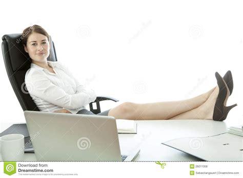le de bureau sur pied femme d 39 affaires avec des pieds sur le bureau photo