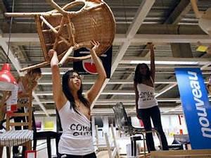 Quand les Femen manifestent seins nus chez Ikea | Planet