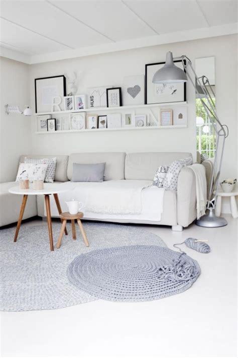 canapé cottage wnętrze dnia biało szary salon ładne rzeczy