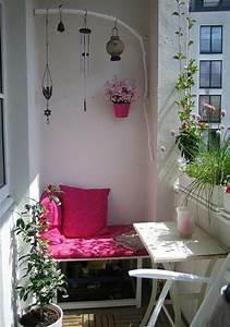 Kleiner Balkon Ideen : kleiner balkon pflanzen tisch bank rosa hnliche tolle ~ Lizthompson.info Haus und Dekorationen