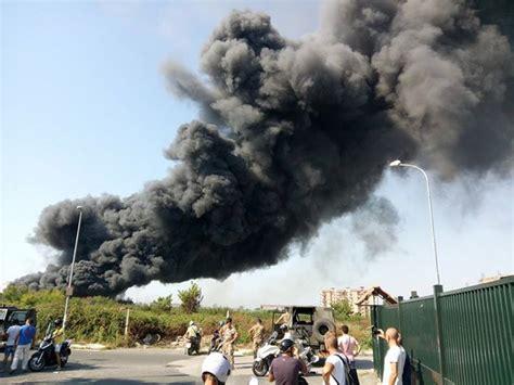alle porte di napoli vasto incendio alle porte di napoli coinvolte 300 auto