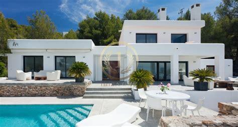 maison a louer 3 chambres avec jardin villa moderne avec une vue sur le jardin et la mer