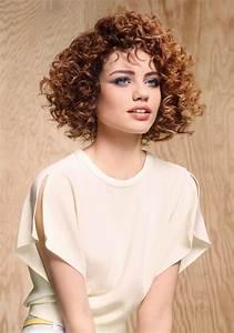 Carré Court Frisé : cheveux court fris s coiffure court fris s marie claire ~ Melissatoandfro.com Idées de Décoration