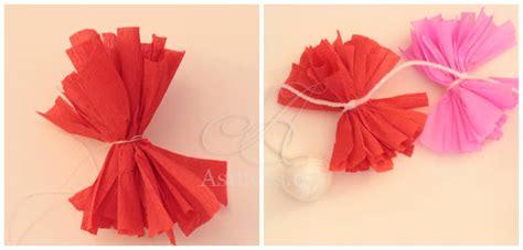 guirlande papier crépon guirlande de pompons en papier cr 233 pon guide astuces