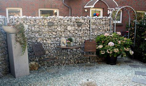 Zaun Und Hecke, Gabionen Und Pflanzen Als Sichtschutz Im