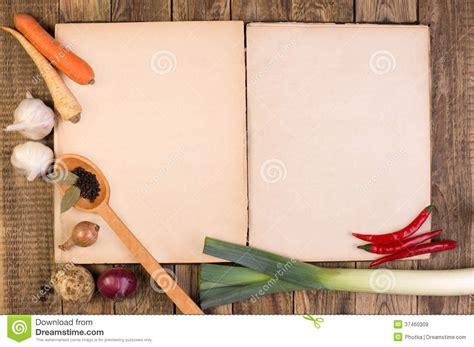 fond cuisine livre de cuisine sur le fond en bois images libres de