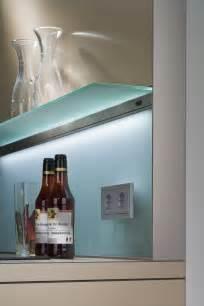 plexiglas küche moderne glas küchenrückwand designs bieten spritzschutz
