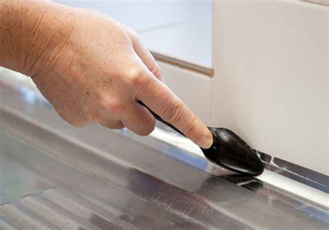 enlever silicone sur carrelage comment changer un joint silicone dans votre cuisine ou