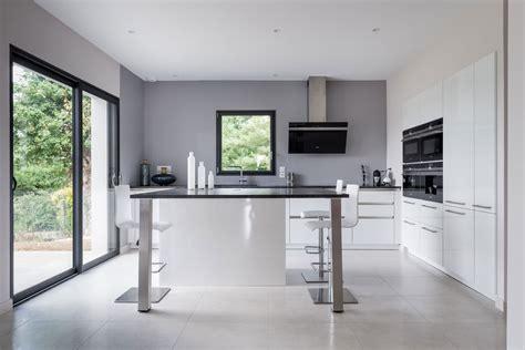 cuisine contemporaine avec ilot central cuisine siematic moderne en laque blanche avec un îlot