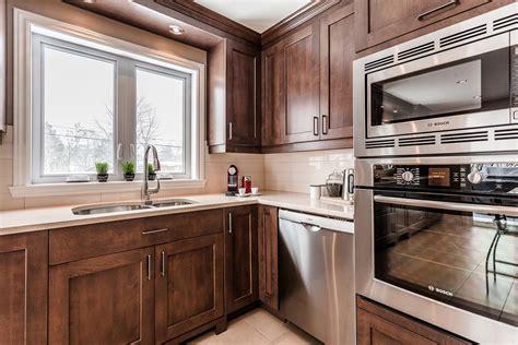 cuisine chaleureuse contemporaine cuisine contemporaine en bois et comptoirs de quartz laval