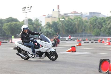 Nmax 2018 Di Medan by Perbandingan Harga Honda Pcx Terbaru Dengan Yamaha Nmax