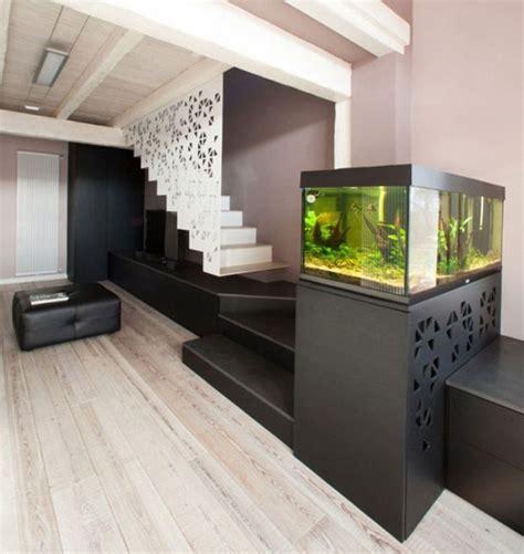 cuisine blanche moderne aquarium integrer salon escalier dar déco décoration