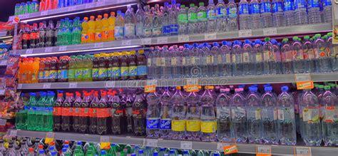 scaffali di plastica bevande in bottiglie di plastica sugli scaffali di negozio