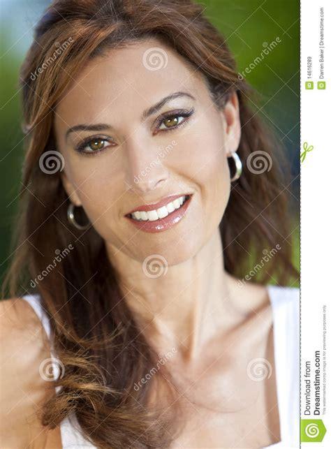 portret van een mooie vrouw  de haar jaren  stock afbeelding afbeelding bestaande uit