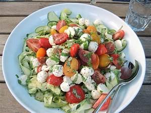 Salat Mit Zucchini : zucchini tomaten salat mit mozzarella chilirosen ~ Lizthompson.info Haus und Dekorationen