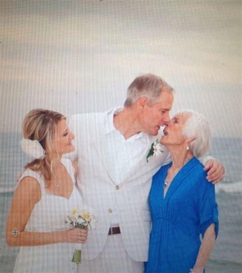 baiser sur le bureau photo le baiser sur cette photo de mariage est le plus