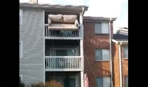 canapé balcon déménagement d 39 un canapé par le balcon avec des câbles