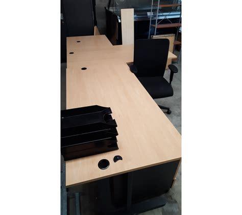 bureau en bois clair avec 2 caissons avec une chaise à
