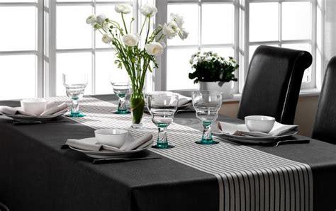 Tisch Mit Tischdecke by Dekoration Tischdecke Mit Skandinavischem Design Bild