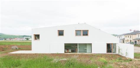 toiture de hangar maison contemporaine atypique et sa toiture en tuiles