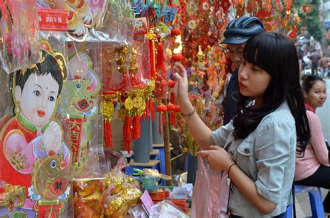vietnamese people prepare  lunar  year