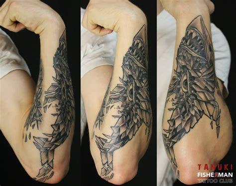 tatouage avant bras requin modeles  exemples