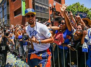 Steph Curry runs away from his security detail, into crowd ...