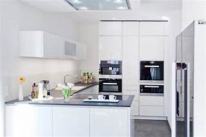Hochglanz weisse design kuche grifflos mit grosser kuhl for Küche weiss hochglanz