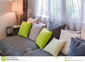 Welche Kissen Zu Rotem Sofa : graues sofa mit gr nen kissen im wohnzimmer stockfoto ~ Michelbontemps.com Haus und Dekorationen
