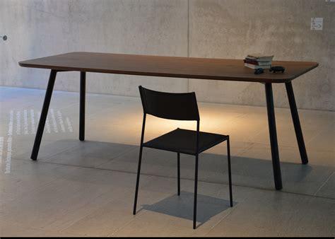 bureau en noyer table de repas en chêne ou noyer au design sobre et