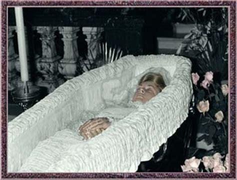 diana die der beerdigung als einziges mitglied der