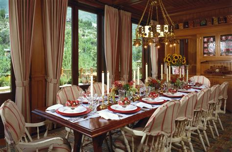 how to set a trendy table this holiday season