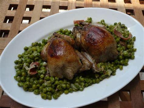 cuisine pigeon cocotte pigeons à l étouffée d oignons et fricassée de petits pois