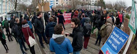 Ein gutachten zum geltenden neutralitätsgesetz bestätigt nun die position der bildungssenatorin: Landesparteitag in Berlin : AfD: Generelles Kopftuchverbot ...