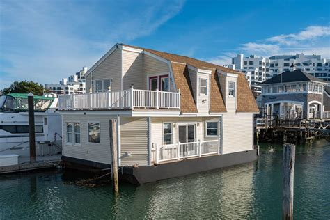 Houseboat Size by On The Market A Two Bedroom Houseboat In Quincy Boston