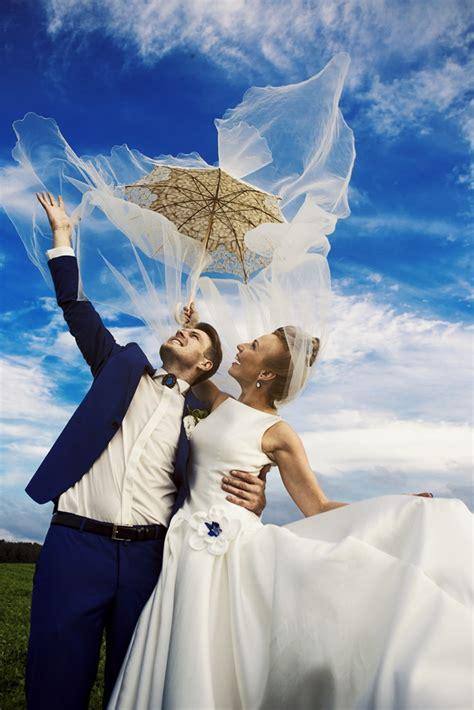 Kāzu kleitas Rīgā svinētajās kāzās un pilsētas ikdienā
