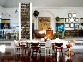 zo combineer je verschillende eetkamerstoelen rond één tafel roomed
